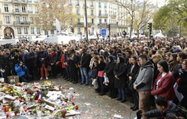 648x415_des_personnes_rassemblees_devant_le_bataclan_observent_une_minute_de_silence_le_16_novembre_2015_a_paris_apres_les_attentats_meurtriers